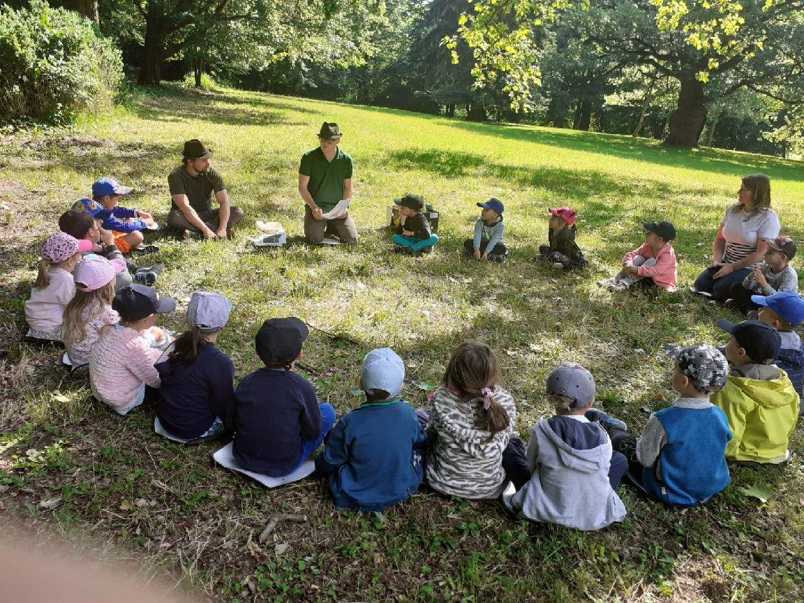Lesní pedagogika v zámeckém parku se třídou Sluníček